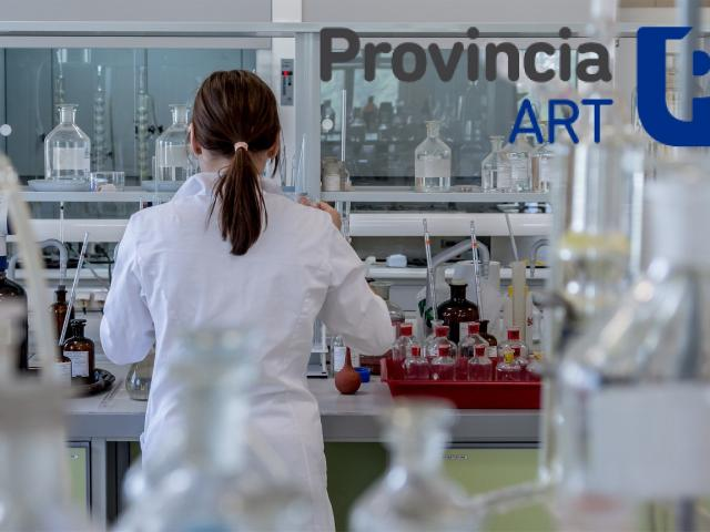 Persona en un laboratorio con logo de Provincia ART
